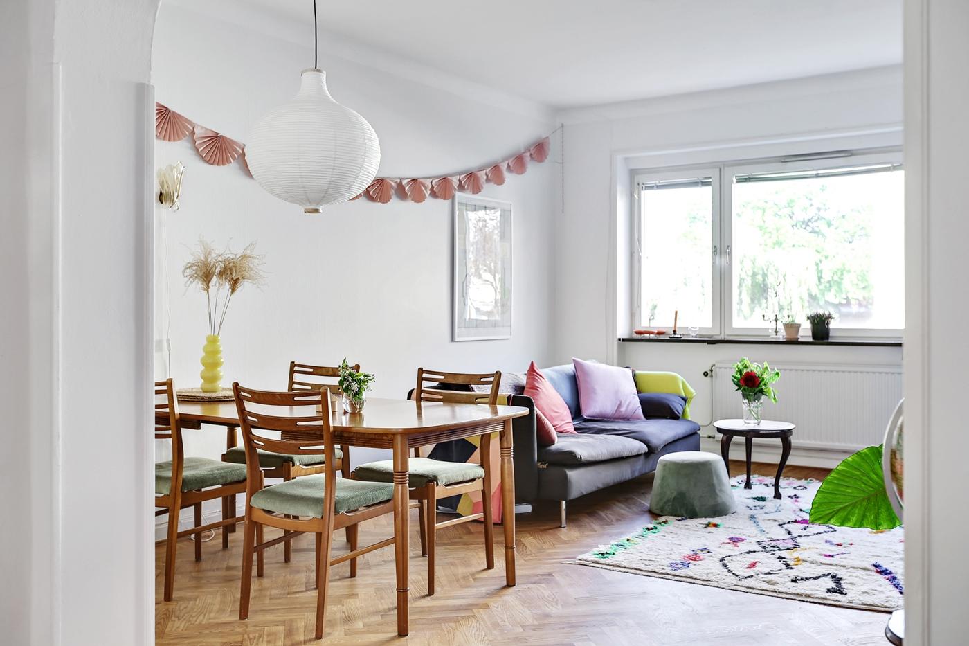 Inbjudande vardagsrum med plats för matbord och soffa.