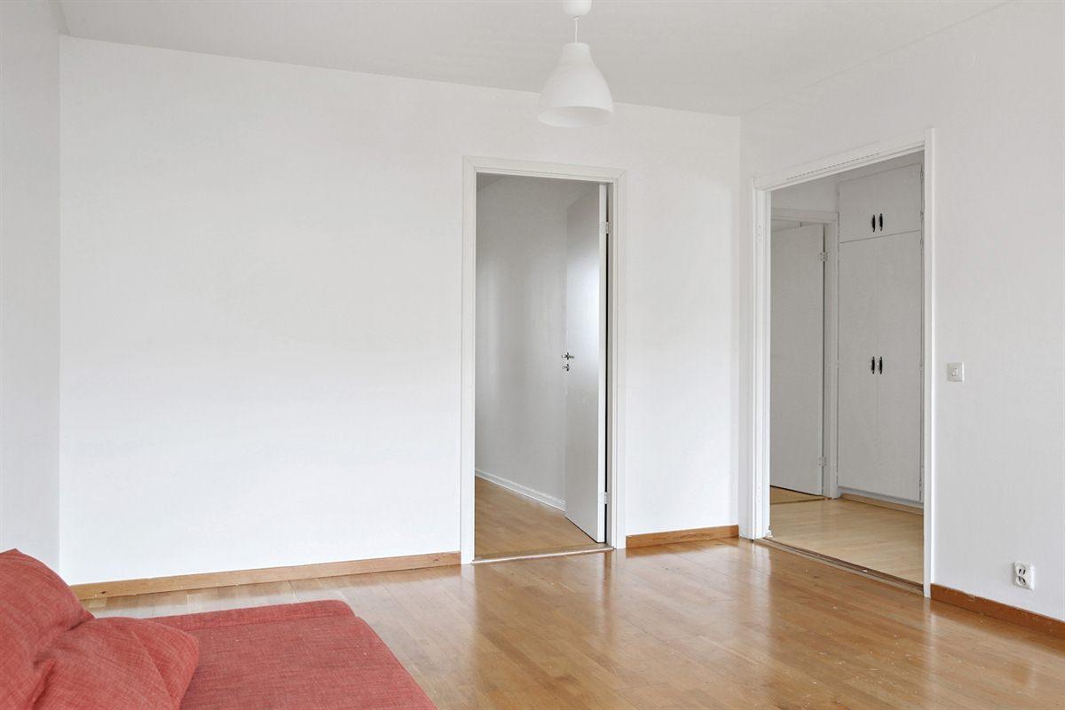Sobra vita väggar och parkettgolv.