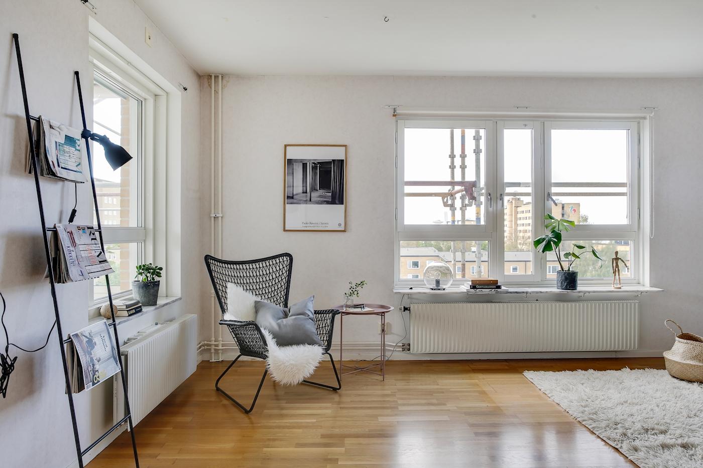 Vardagsrum med fönster i två väderstreck.