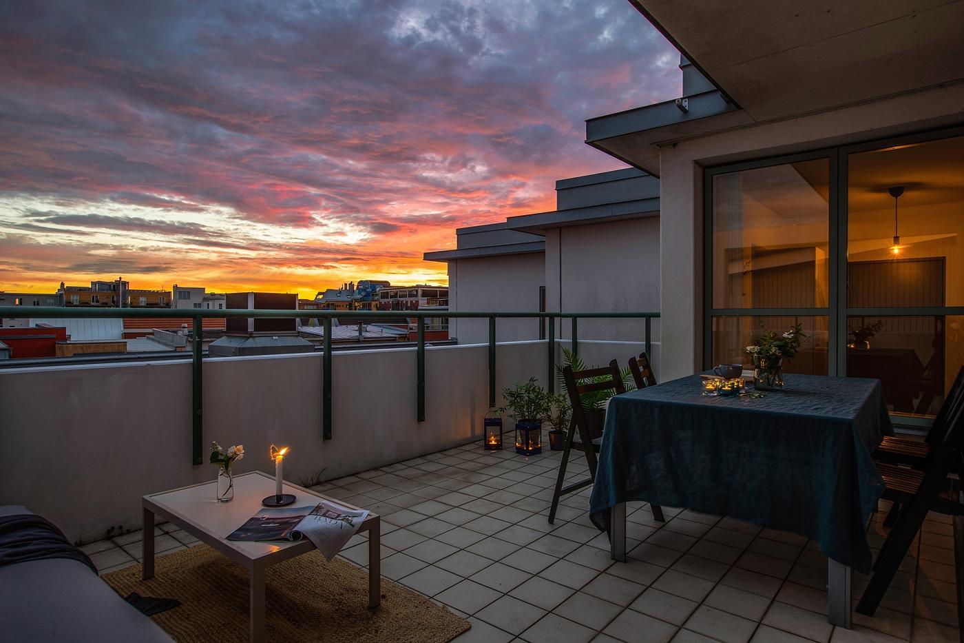 Terrassbalkong med sol dag- och kvällstid.