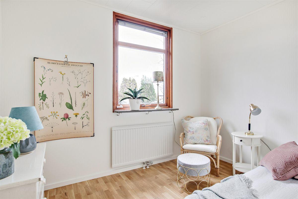 Sovrum med fönster mot entrésidan.