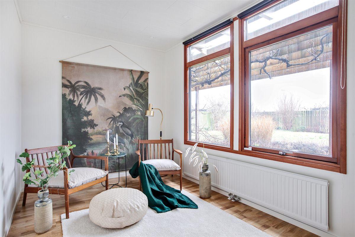 Det andra sovrummet med två fönster mot trädgården.