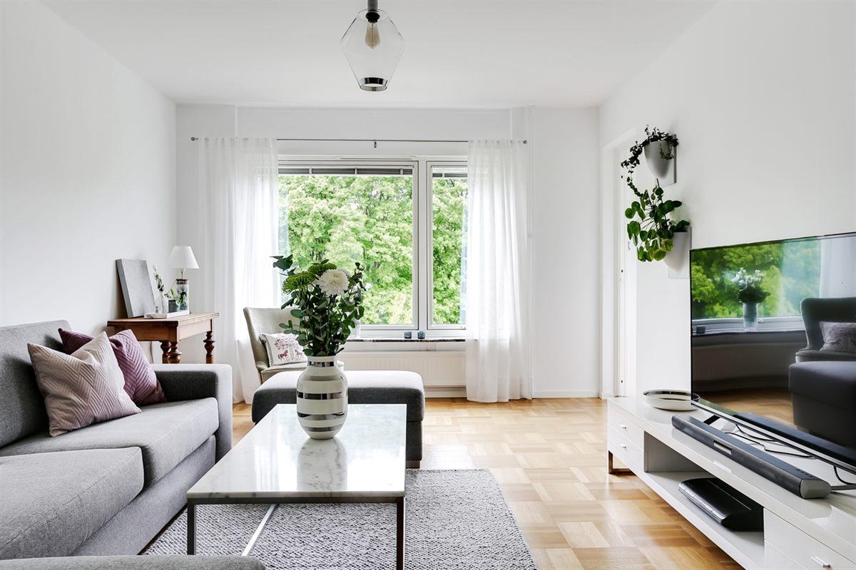 Ljust och luftigt vardagsrum med utgång till balkong i västerläge.