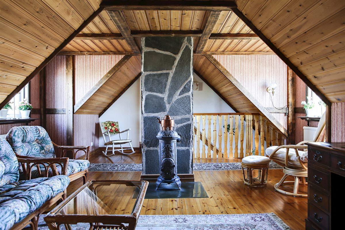 Allrum med kamin på ovanvåningen