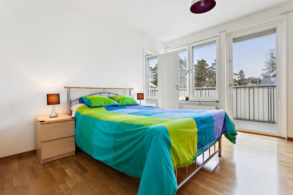 Väl tilltaget sovrum 1 med utgång till stor balkong