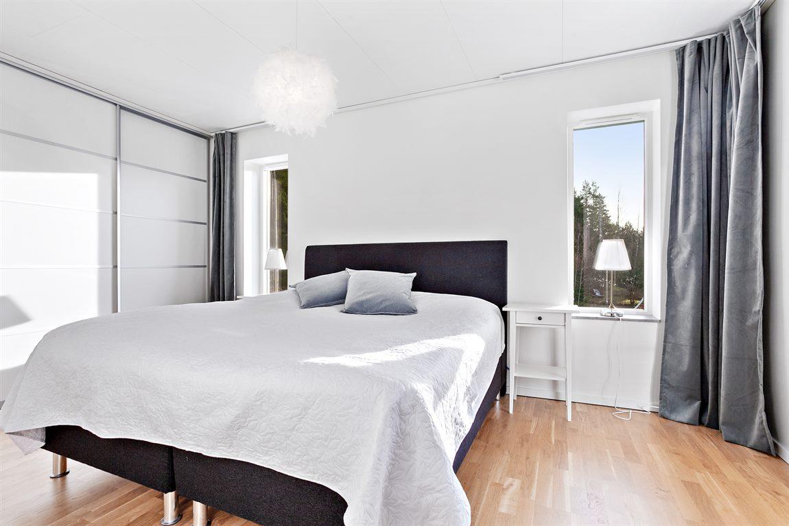 Master bedroom på övre plan med anslutning till egen balkong