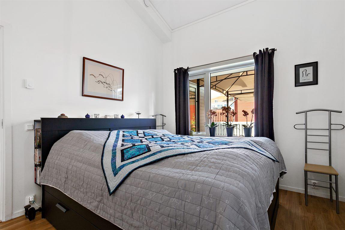 Väl tilltaget sovrum 1 på entréplan