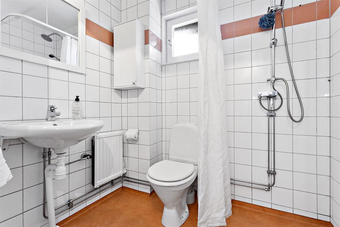 Dusch/WC entréplan med helkaklade väggar