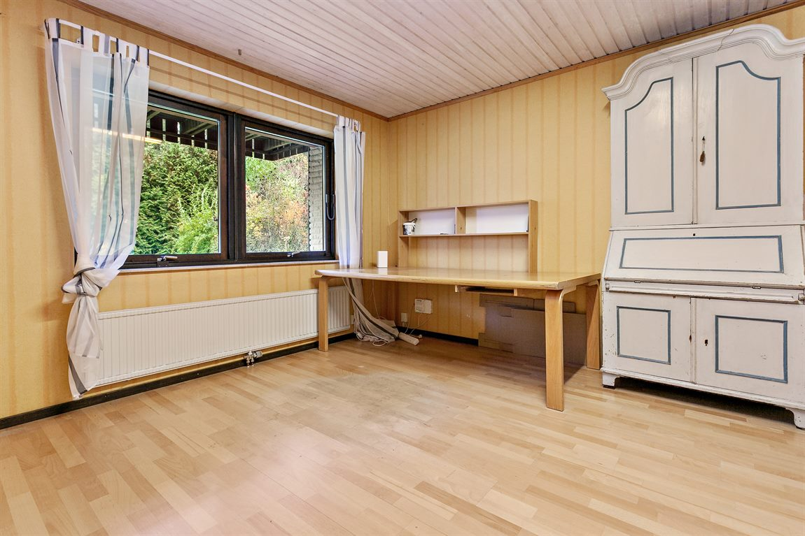 Rejält tilltagen gillestuga med dubbla fönster