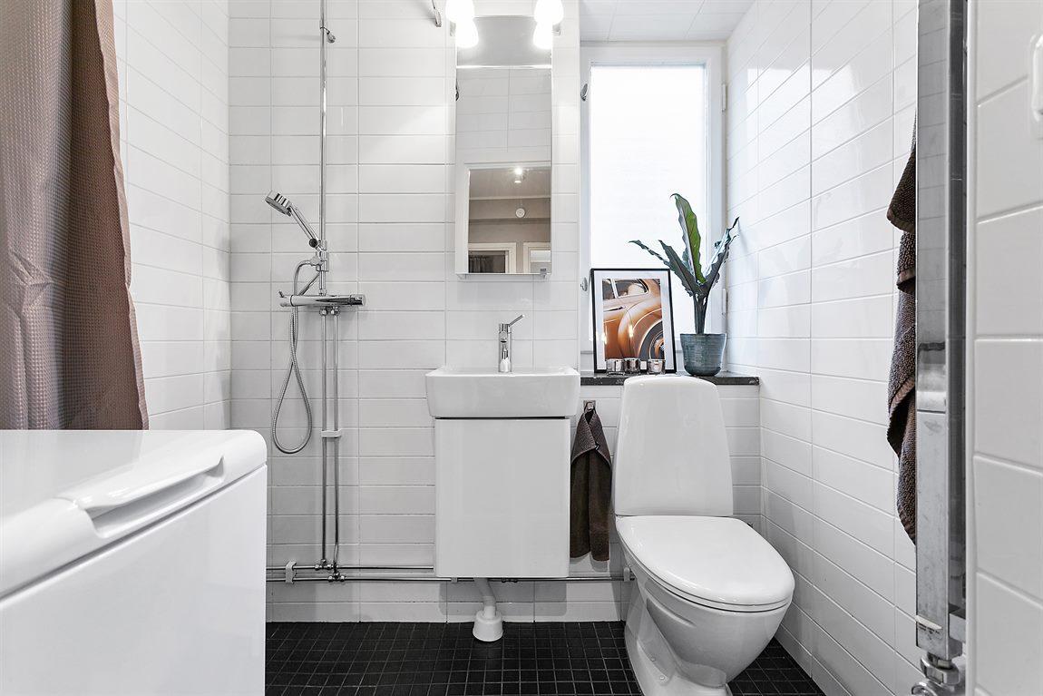 Stilren och helkaklad dusch/WC/tvätt från 2011