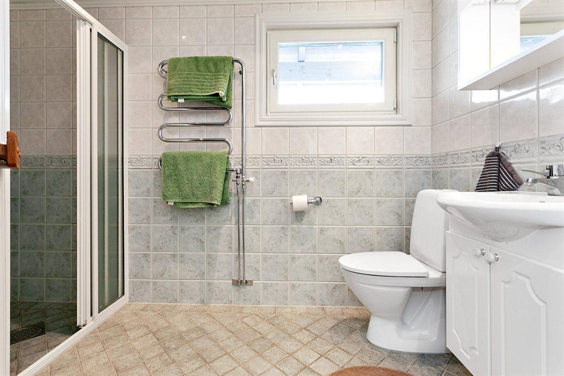 Helkaklad dusch/WC/bastu övre plan med ett fönster