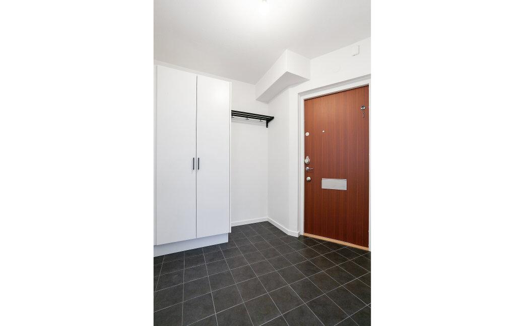 Ljus och välkomnande hall/entré med klinkergolv