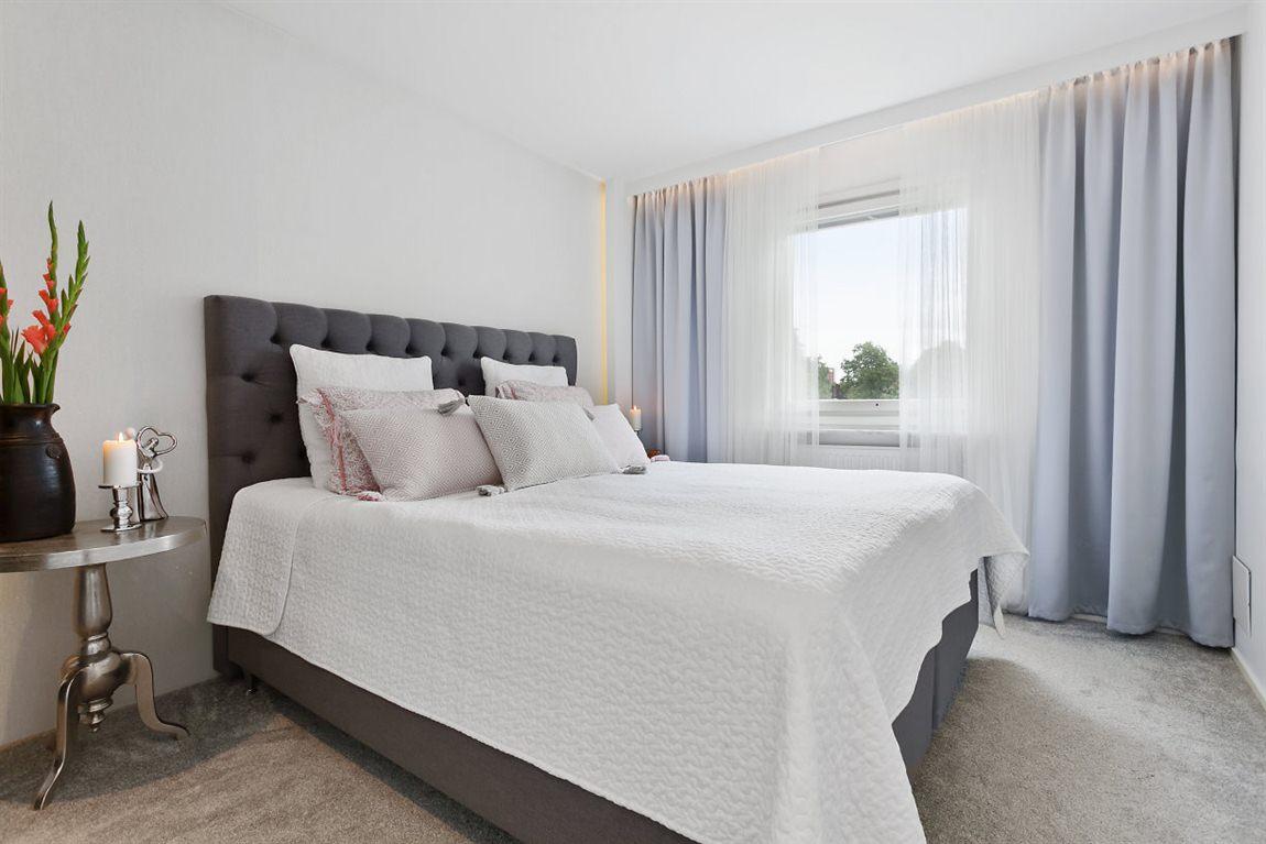 Stort och stilfullt master bedroom övre plan