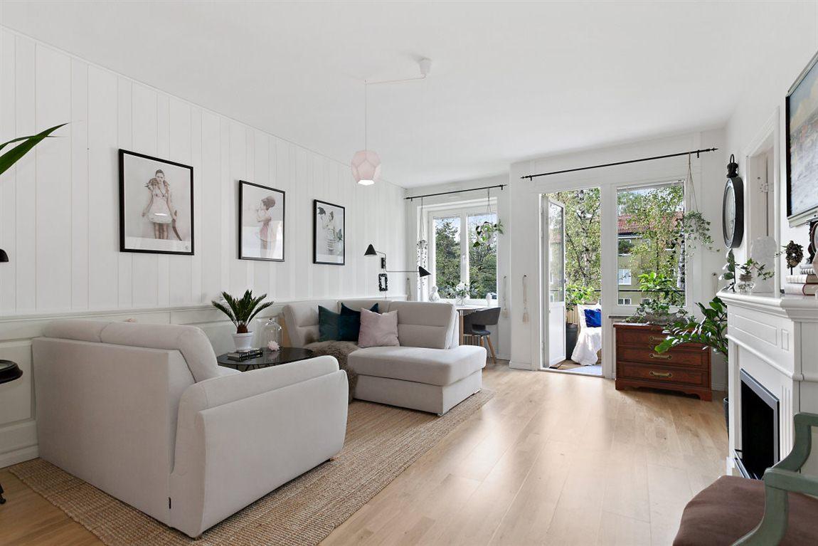 Stilrent och väl tilltaget vardagsrum med utgång till balkong