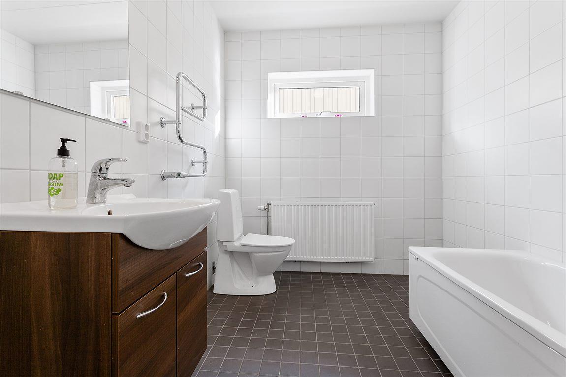 Stilrent och helkaklat badrum övre plan