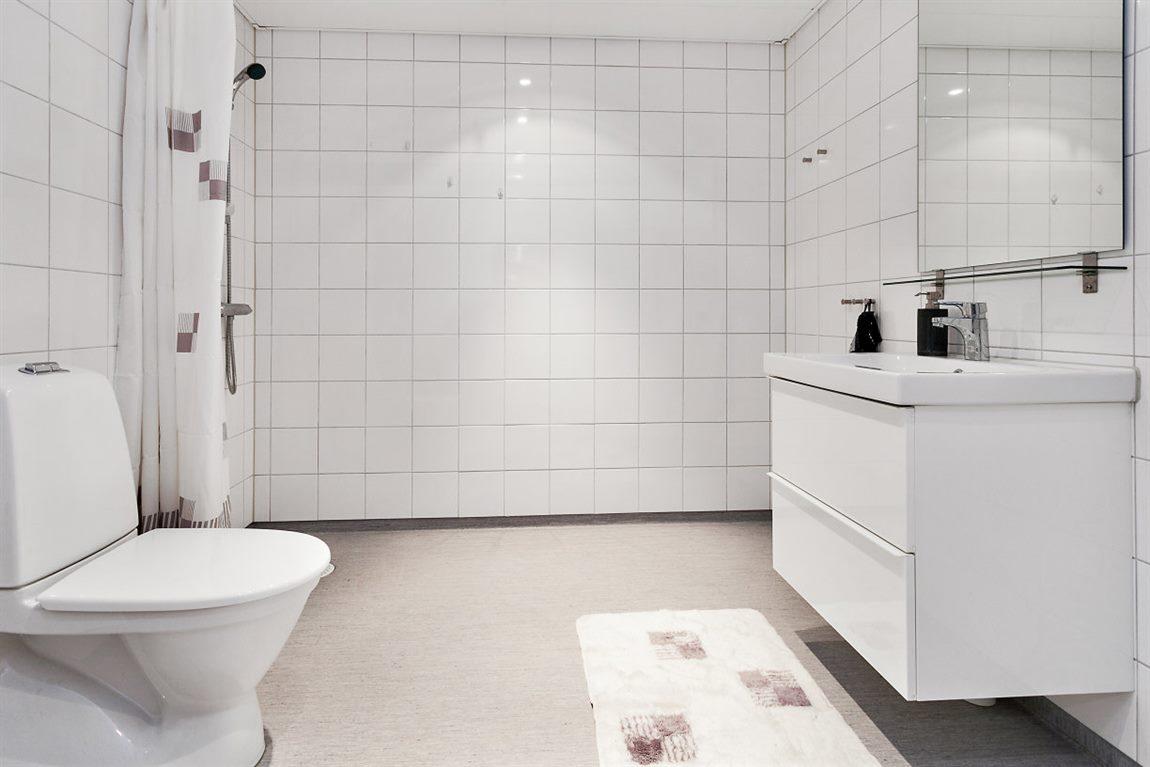 ... med helkaklade väggar och stor duschhörna