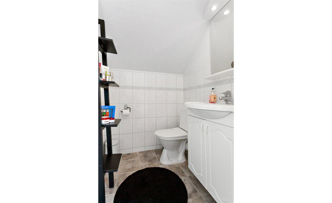 Stilfull och praktiskt separat WC övre plan