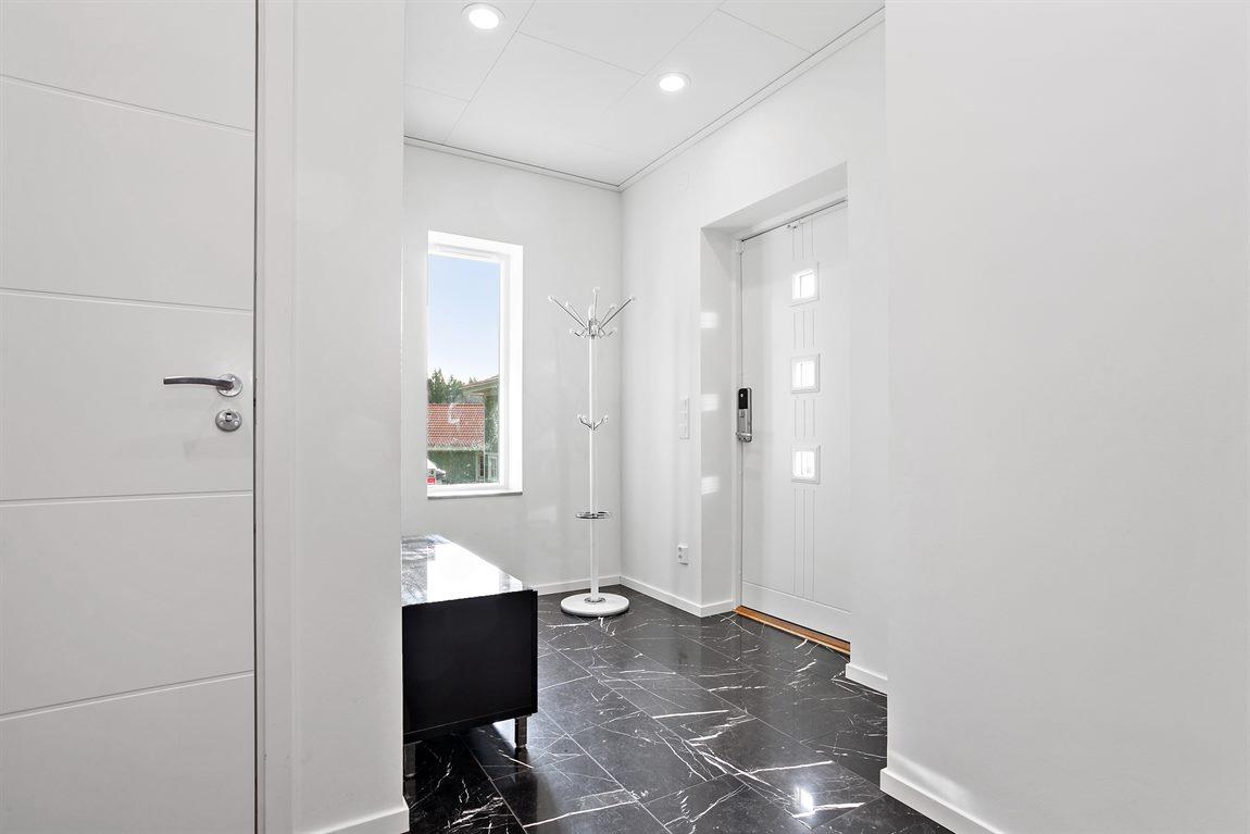 Ljus och välkomnande hall/entré med marmorgolv
