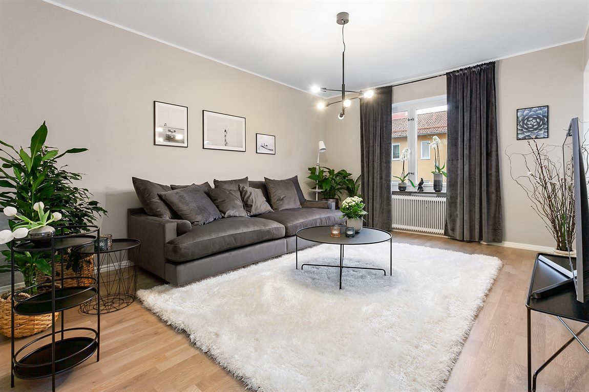 Generöst tilltaget vardagsrum med nylagt fint golv