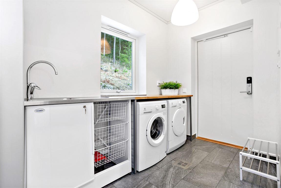 Stor och praktisk tvättstuga med groventré