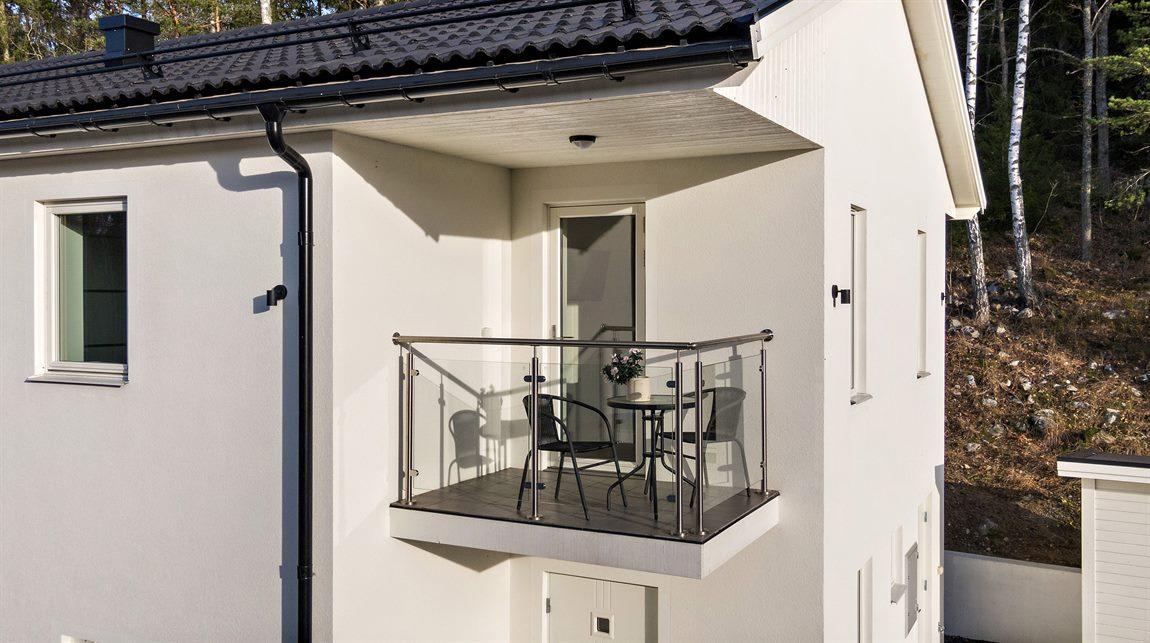 Trivsam balkong på övre plan som nås från master bedroom