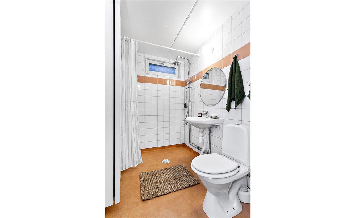 Dusch/WC nedre plan med takdusch