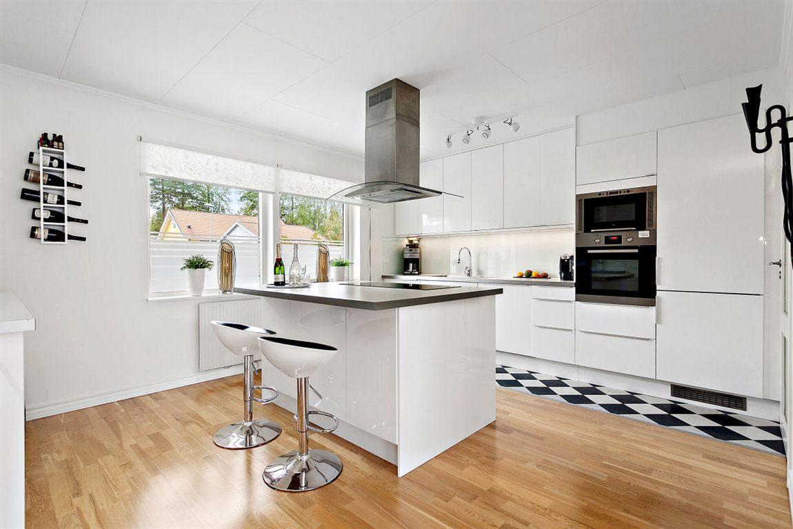 Stort och stilfullt kök med fina materialval