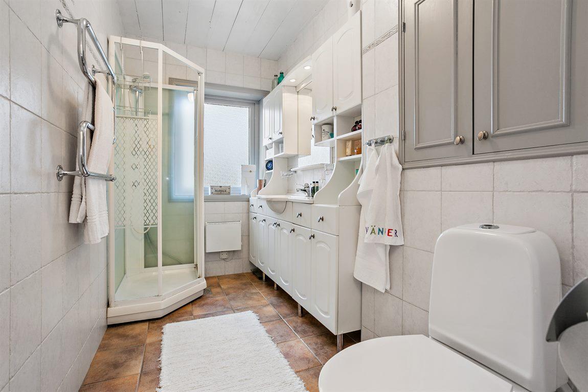Tilltagen och helkaklad dusch/WC entréplan