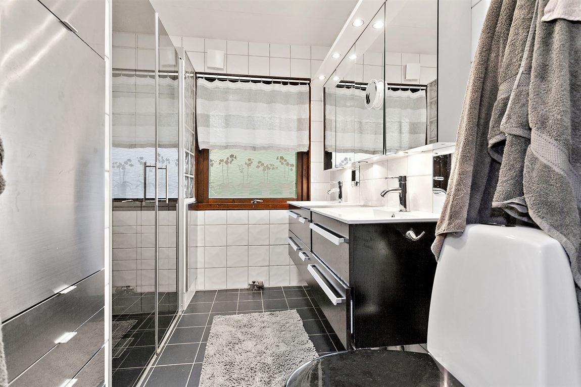 Stilren och helkaklad dusch/WC övre plan