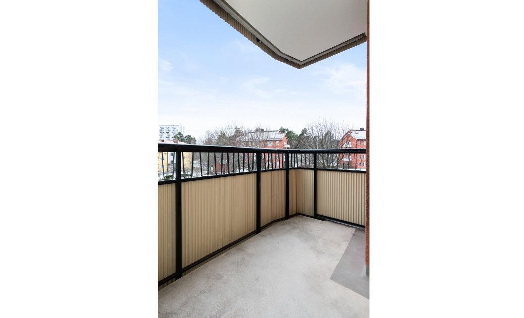 Stor balkong som nås från både kök och vardagsrum