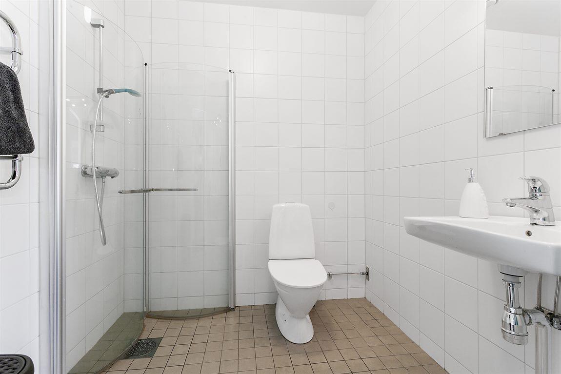 Väl tilltagen och helkaklad dusch/WC