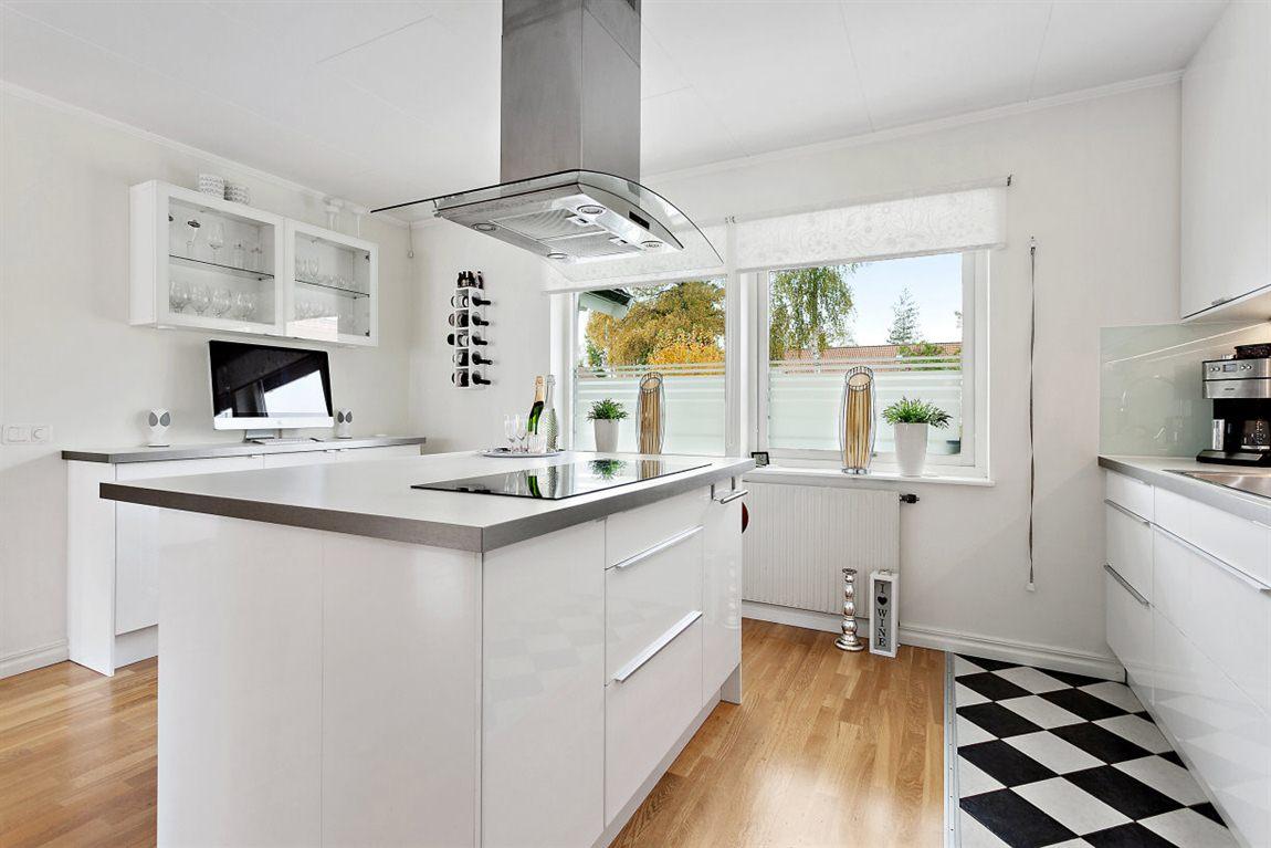 ... och en snygg köksö med både förvaring och sittplatser
