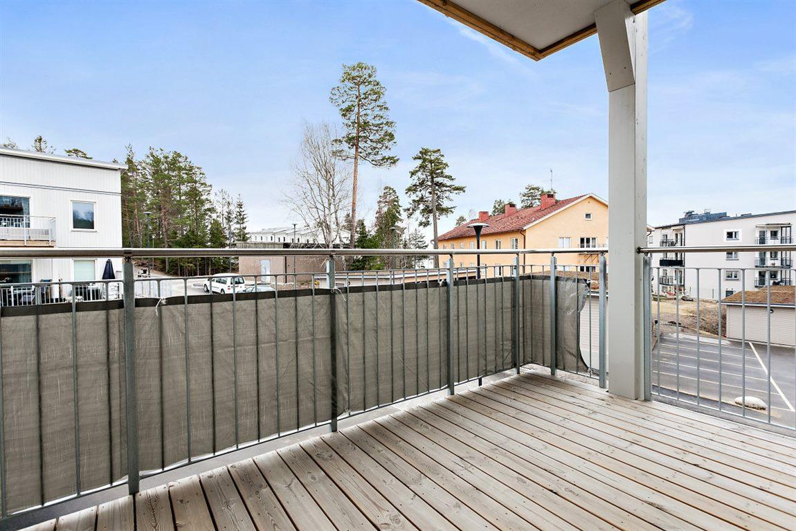 Rejäl balkong med plats för utomhusmöblemang