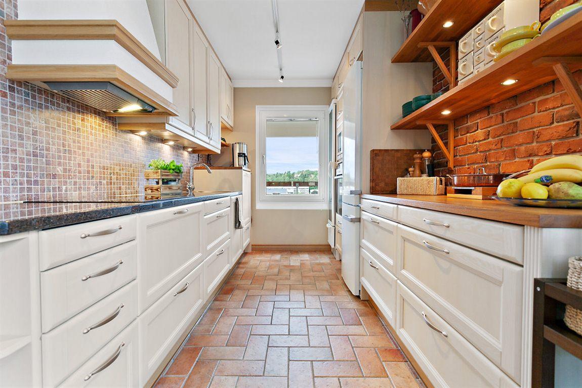 Stilrent och praktiskt kök från Puustelli med naturligt ljusinsläpp