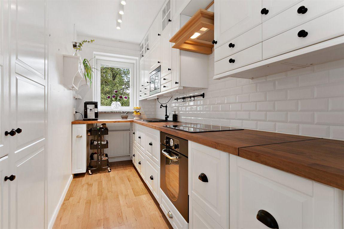 Snyggt och praktiskt kök med optimala arbetsytor