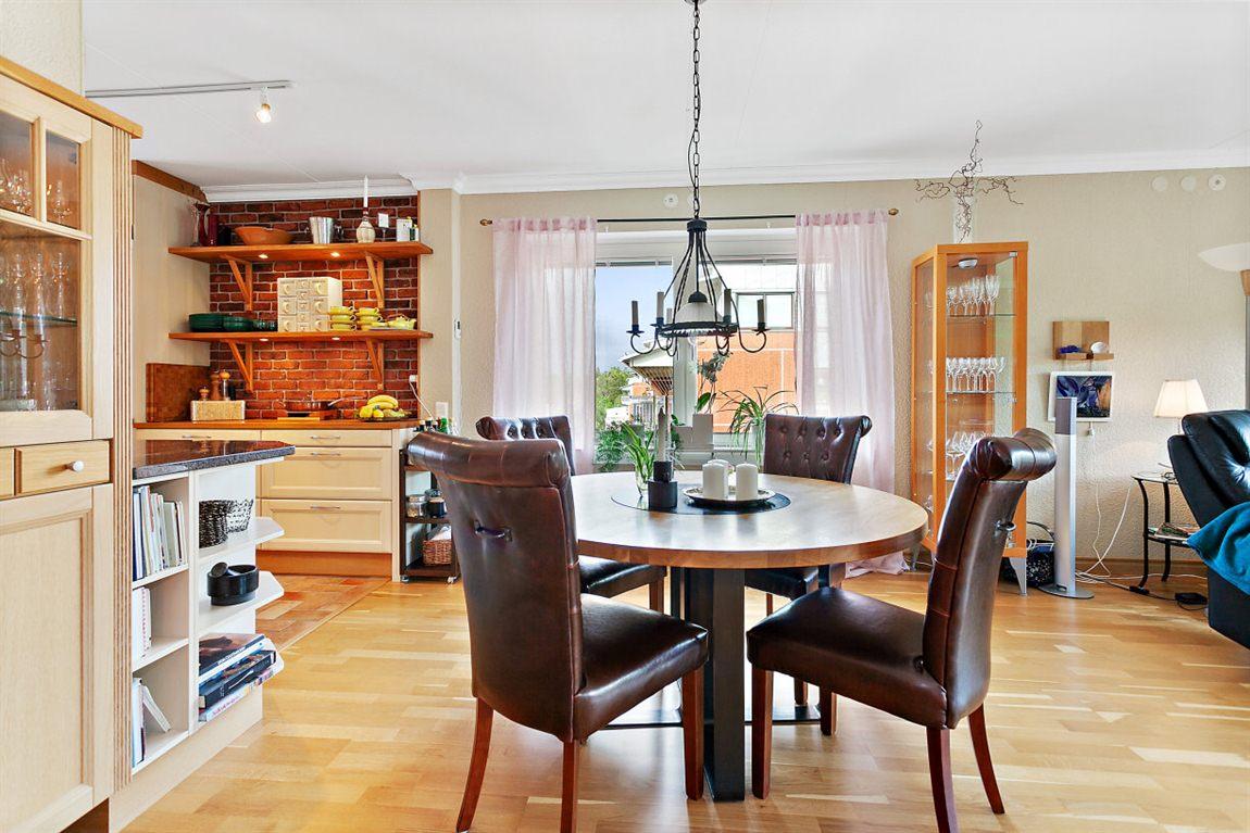 Öppen och luftig planlösning mellan kök och vardagsrum