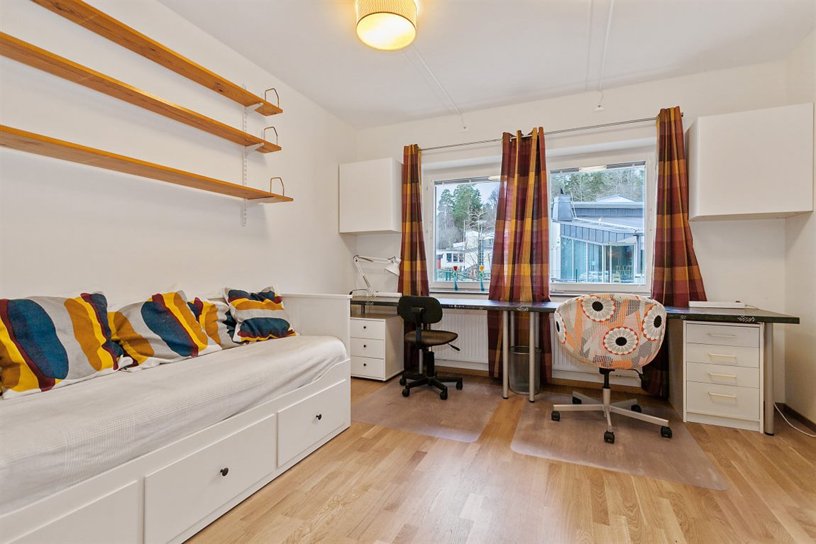 Rejält sovrum 2 med dubbla fönster och som kan delas av