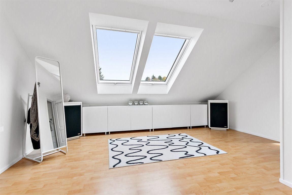 Generöst allrum övre plan med dubbla takfönster