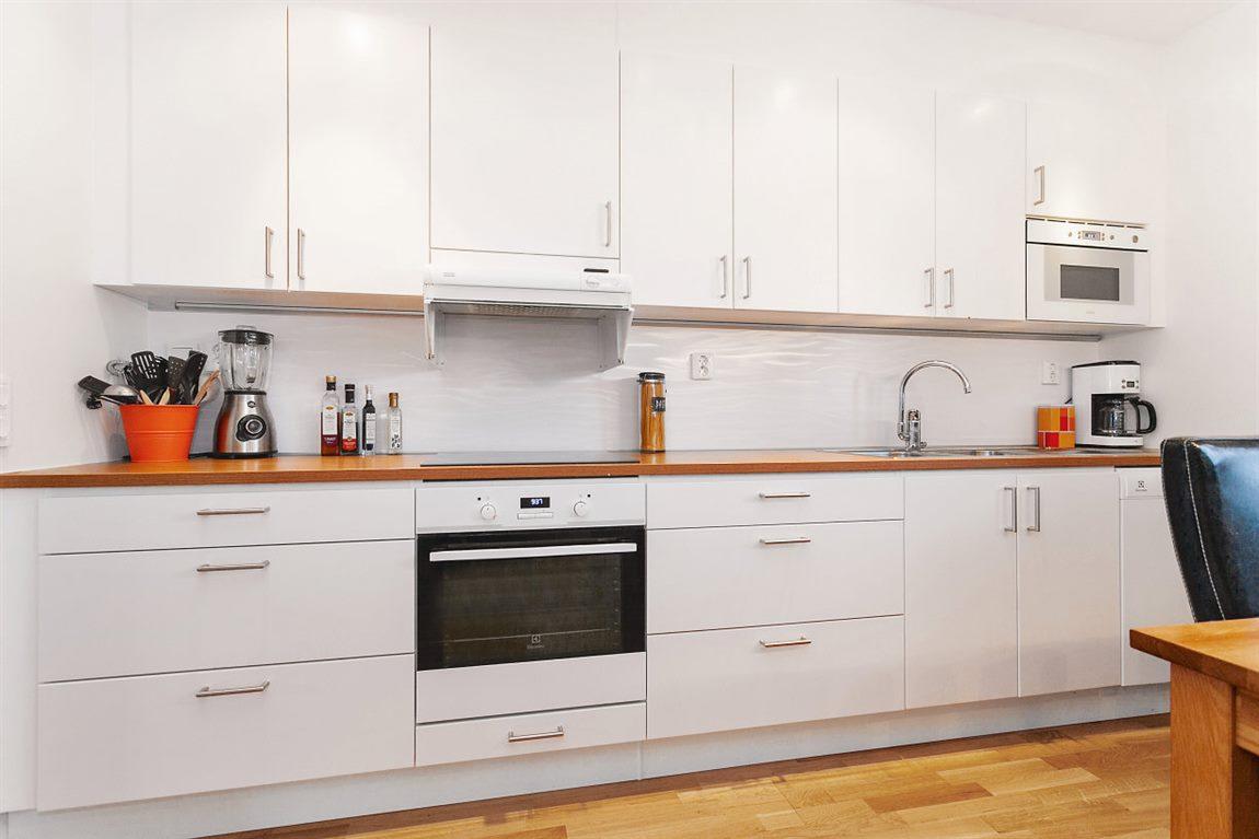 Ljust och tilltaget kök med bra förvaringsmöjligheter