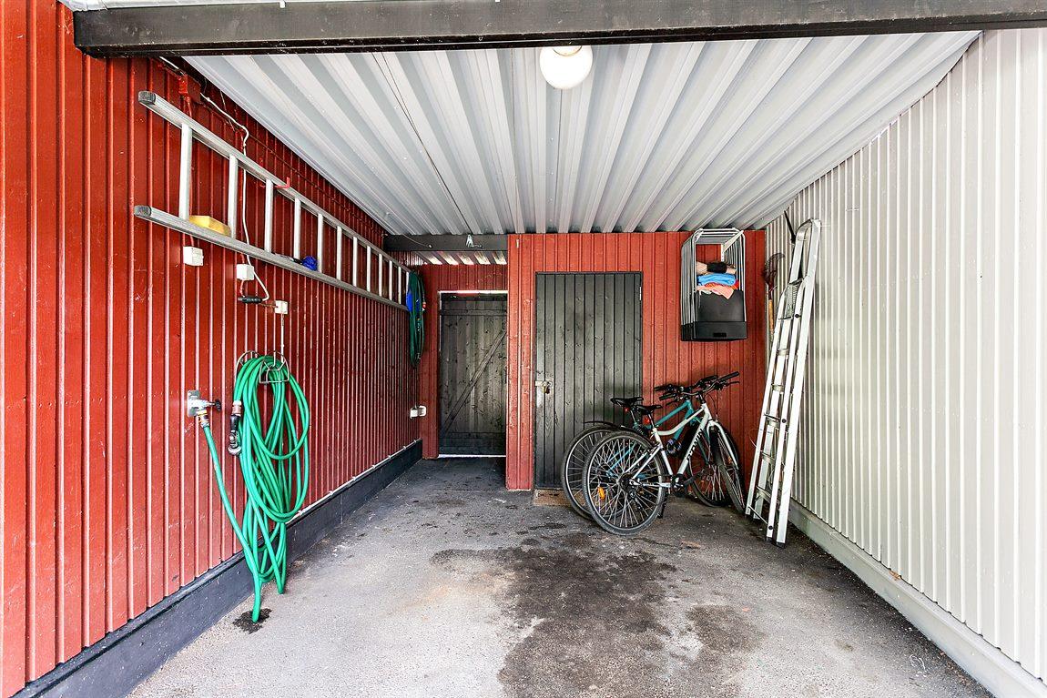 Praktisk carport och två bra förrådsutrymmen