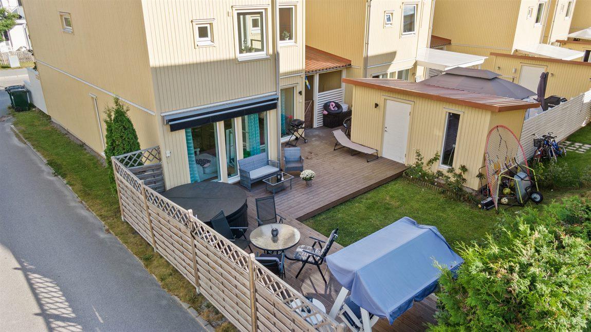 Översiktsbild på baksidan med tilltaget och praktiskt gästhus