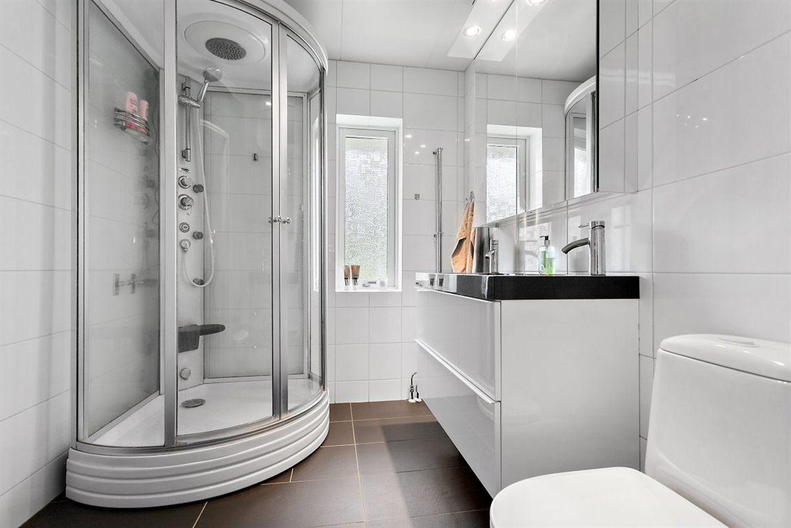 Stilren och helkaklad dusch/WC entréplan
