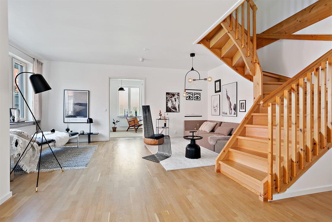 Vardagsrum och trappa upp till övre plan