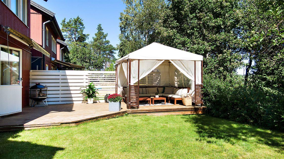 Underbar och insynsskyddad trädgård som nås från sovrum 2
