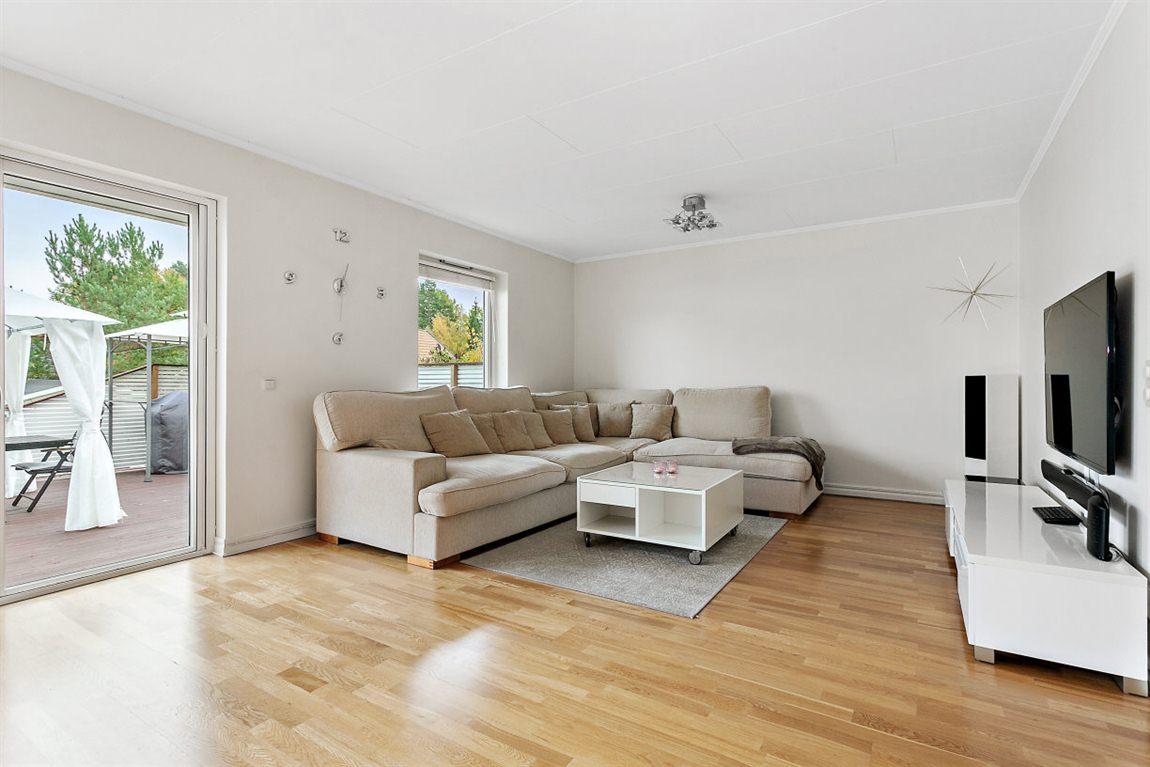 Stort och väl tilltaget vardagsrum med fina ljusinsläpp