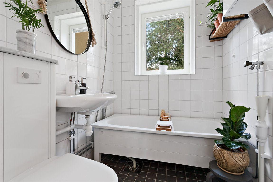 Stilrent och helkaklat badrum med fint ljusinsläpp