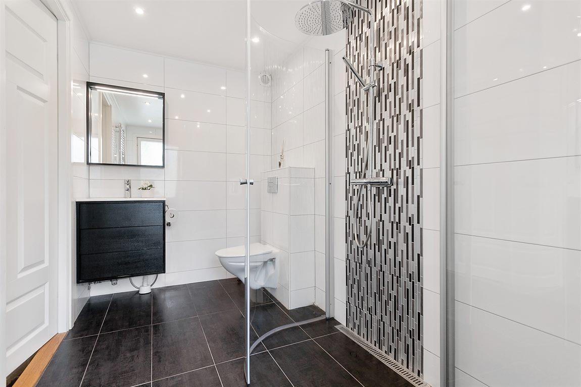 Tilltagen och stilren dusch/WC/tvätt på entréplan