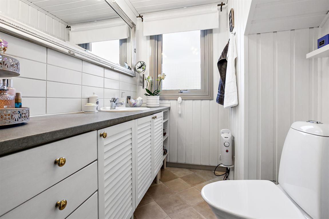 Stilren separat WC på övre plan