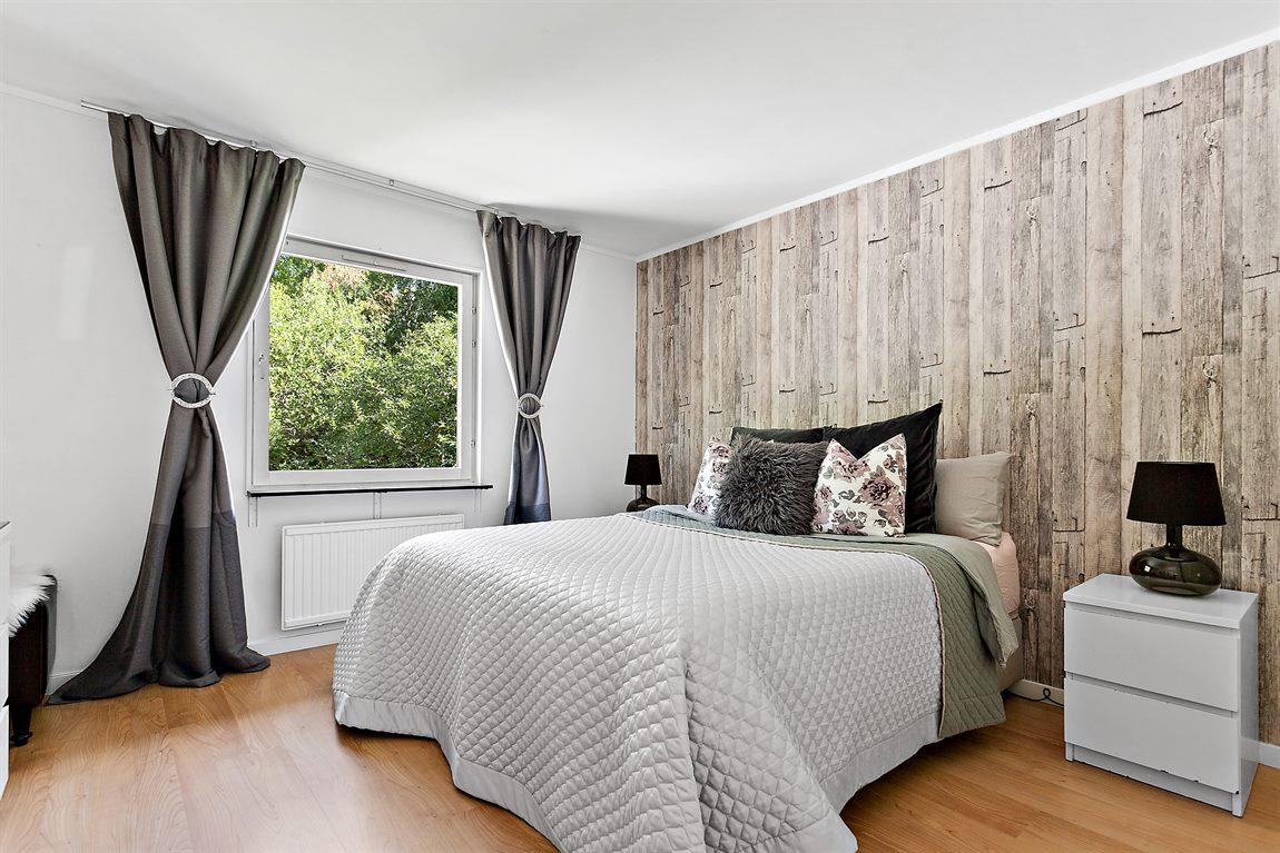 Stort och generöst sovrum på entréplan med fint ljusinsläpp