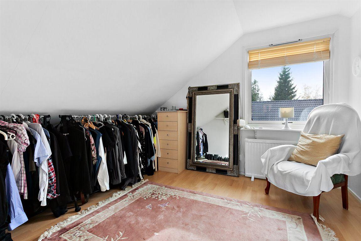 Tilltaget sovrum 2 övre plan med egen klädkammare
